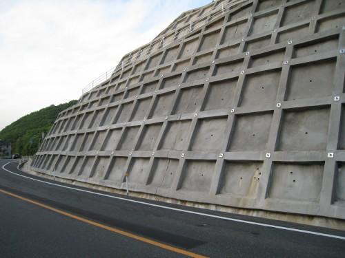舗装済み土塀