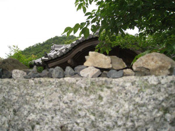 鳥居の上の石
