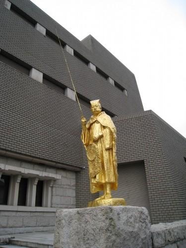 金ピカの銅像