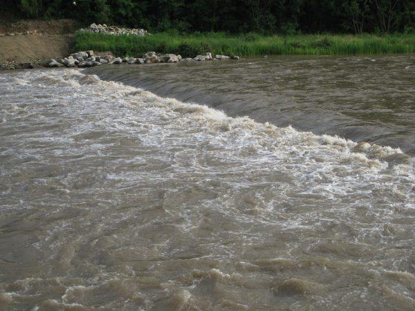 流れが速い川